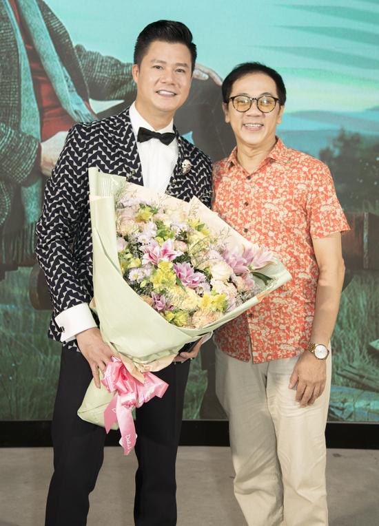 Nghệ sĩ Thành Lộc ăn mặc giản dị tới chung vui với Quang Dũng.