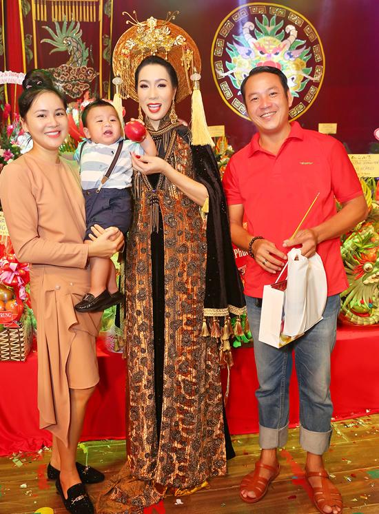 Đạo diễn Quyền Lộc đưa bà xã và con trai đi cúng Tổ.