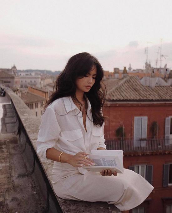 Set đồ white on white cho các nàng có vóc dáng mảnh dẻ. Áo sơ mi trên các kiểu vải thân thiện môi trường được phối hài hòa cùng chân váy midi trắng.