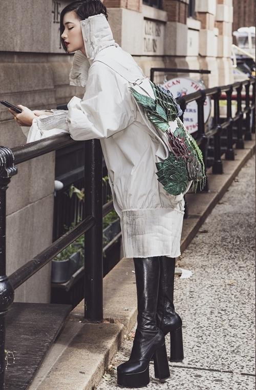 Châu Bùi thả dáng trên phố với trang phục của NTK Công Trí cùng đôibootscao quá đùi.