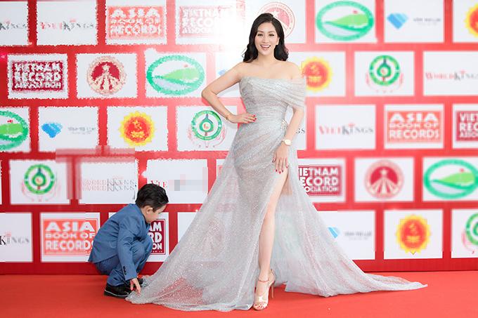 Thấy mẹ tạo dáng trên thảm đỏ, Kubi liền chạy đến, giúp mẹ chỉnh trang váy áo sao cho lên hình được đẹp nhất. Cậu bé sinh năm 2015, là trái ngọt đầu tiên trong cuộc hôn nhân của Khánh Thi và Phan Hiển.