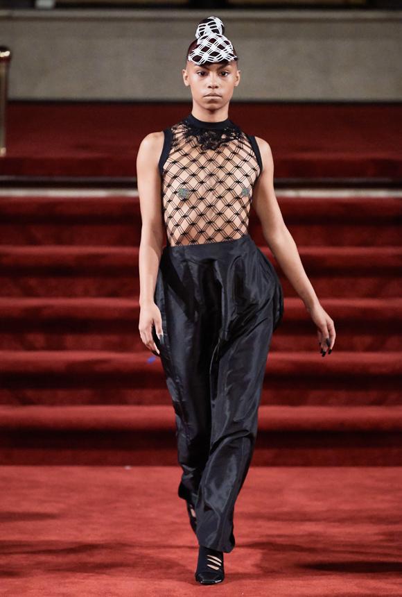 Áo lưới tiếp tục chiếm sóng trên sàn runway. Cũng như nhiều nhà mốt khác, Section 8 không để người mẫu dùng bất cứ phụ kiện vòng một nào, nhằm khai thác trọn vẹn tinh thần trang phục cũng như cổ vũ trào lưu giải phóng hình thể.