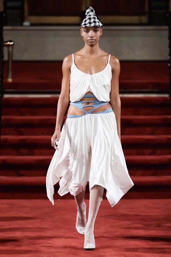 Cũng theo tạp chí thời trang uy tín, Akeem Smith ngừng lịch trình ở Paris sau khi tổ chức show Xuân hè năm ngoái. Anh bắt tay với một nhóm nhà thiết kế trẻ tài năng ở New York để ra mắt buổi diễn tại Manhattan tối 9/9.