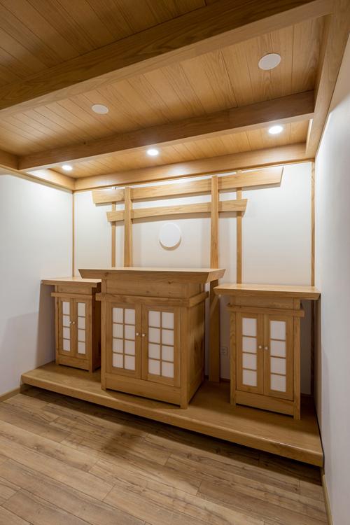 Phòng thờ cóhệ 3 tủ thờ với thứ tự từ trái sang phải thờ thần linh, thờ Phật, gia tiên. Nhóm thiết kế lựa chọn màu gỗ mộc với cách bài trí đơn giản của Phật giáo, có cổng Torii là nơi đọc kinh, thiền định của gia chủ.