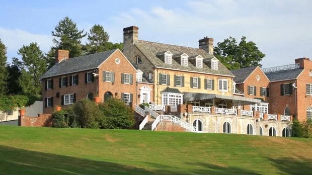 Biệt thự mới của gia đình Michael Douglas rộng hơn 1.000m2, trải dài trên diện tích đất 4,6 ha, bao quanh là đồi cây, sân cỏ.