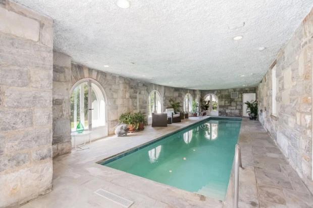 Bể bơi lớn trong nhà.