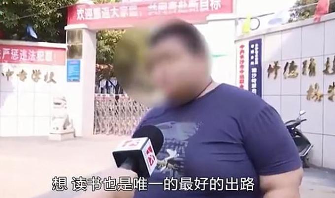 Xiaoxiong cho hay em thấy buồn và thất vọng khi bị trường cho thôi học. Ảnh: Changsha Legal Channel.