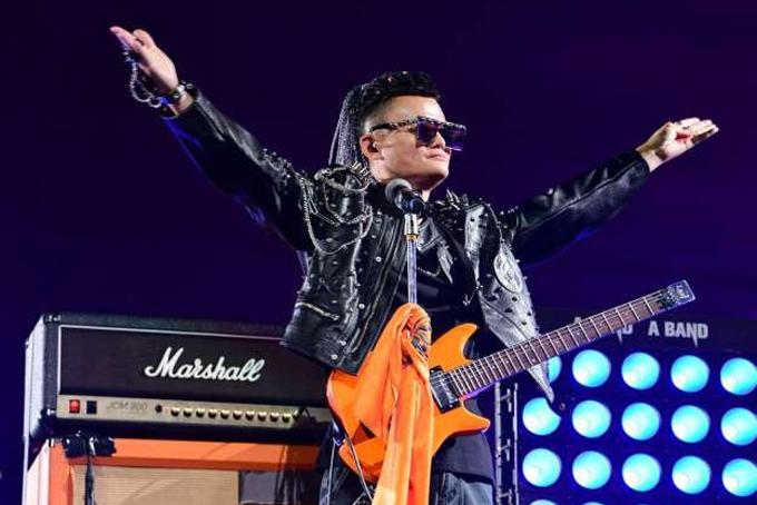 Jack Ma trong trang phục giống các ngôi sao nhạc rock. Ảnh: Straistimes.