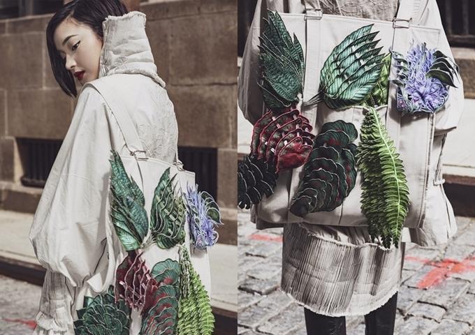 Phần lưng áo in họa tiết nổi. Châu Bùi chọn ba lô đồng màu, thu hút với chi tiết hoa lá đắp nổi.