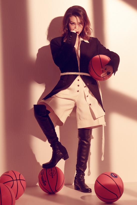 Set đồ mùa thu cho những cô nàng yêu sự phá cách với short, blazer và bốt da đen cao cổ.