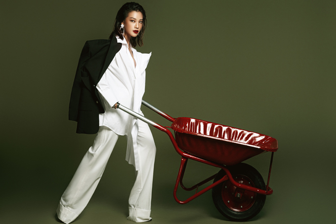 Suit trắng phom dáng rộng được phối hợp cùng áo blazer sệ vai theo style được các tín đồ thời trang thế giới ưa chuộng.