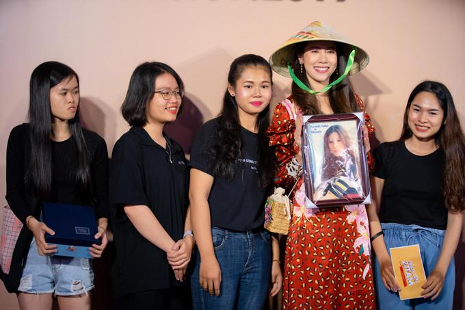 Esther nhận nón lá, ảnh và quà tặng từ đại diện cộng đồng fan Việt Nam.