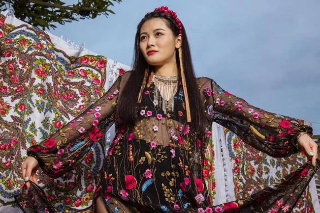Cô gái sinh ra ở Trung Quốc, năm 2006 chuyển tới Anh và phát triển sự nghiệp với vai trò người mẫu, diễn viên. Cô mới đóng phim từ 2018, ngoài ra còntừng góp mặt trong một số quảng cáo. Cô sở hữu thân hình khá đẹp. Một nguồn tin cho hay, khi đoàn phim 355 quay ở Pháp, cô cũng đã đến đó gia nhập đoàn.