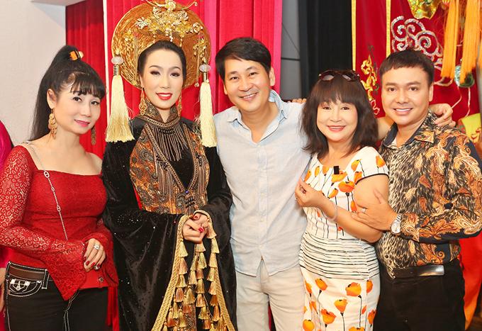 Diễn viên Uyên Thảo (áo đỏ), đạo diễn Lê Minh (áo sơ mi xanh nhạt), nghệ sĩ Hải Lý (váy hoa) và diễn viên Trường Thịnh (ngoài cùng bên phải) vui vẻ hội ngộ.