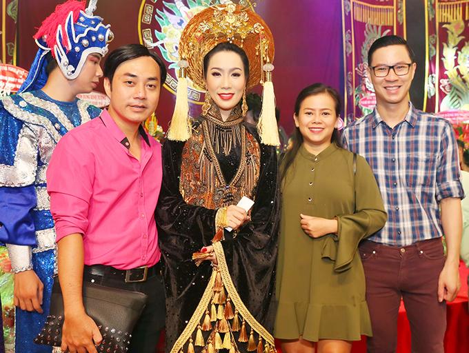 Đạo diễn thời trang Đỗ Kim Khánh (áo hồng), ca sĩ Diễm Phương (váy màu rêu) và MC Anh Quân ủng hộ Trịnh Kim Chi tổ chức lễ cúng Tổ thêm nhiều năm nữa.