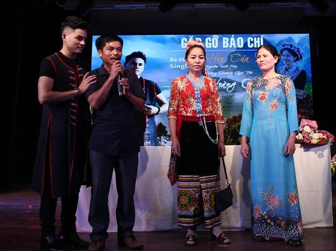 Ca sĩ La Hoàng Qúy (ngoài cùng) bên bố và mẹ ruột (áo đỏ), mẹ nuôi (áo xanh).