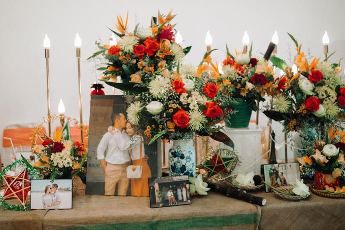 Các loài hoa được sử dụng cho lễ thành hôn, tiệc cưới đều là các loại hoa cúc của mùa thu gồm: thiên điểu, hạnh phúc, cá chép, hoa hồng đỏ, hoa lay-ơn... Chi tiết nhỏ như mía lùi, mẹt tre cũng góp mặt ở bàn gallery, gợi nhắc về thuở nhở, khiuyên ương ngóng đợi được phá mâm cỗ trông trăng.
