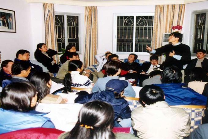 [Jack Ma cùng các cộng sự tại căn hộ ở Hàng Châu. Ảnh: Alibaba.