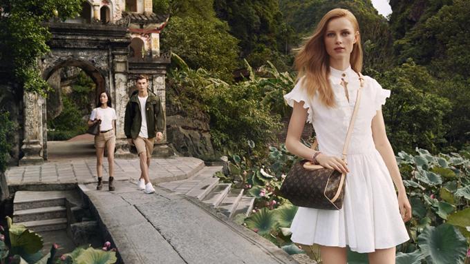 3 người mẫu chính của hãng diện bộ đồ nhẹ nhàng với tông màu trắng chủ đạo để hài hòa với bức tranh thiên nhiên xanh mướt của Việt Nam.
