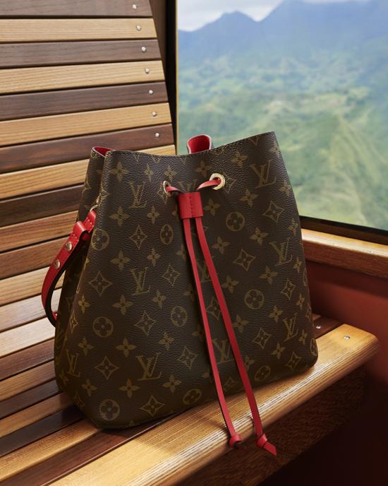 Các mẫu túi kinh điển và dòng sản phẩm mới phù hợp với những chuyến đi xa đều được thể hiện một cách sống động.