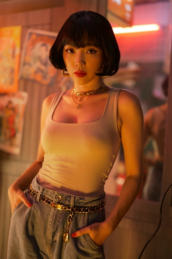Tóc Tiên diện trang phục gợi cảm, khoe giọng hát trong ca khúc thuộc thể loại pop pha màu sắc trap và hip-hop.