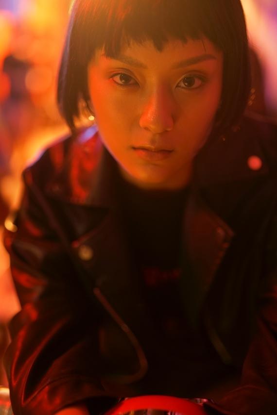 MV Nước mắt em lau bằng tình yêu mới xoay quanh câu chuyện tình yêu giữa một chàng trai giàu có và một cô gái (Thu Anh The Face 2018) làm việc tại quán bar.