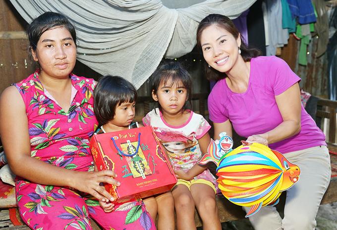 Nữ ca sĩ ghé thăm một gia đình nghèo. Cô hy vọng mang chút niềm vui, cho các bé một mùa Trung thu ấm cúng hơn mọi năm.