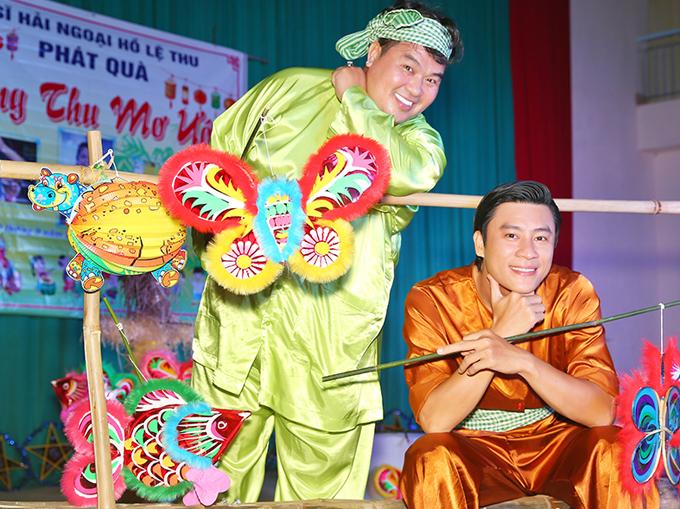 Diễn viên Đông Dương tham gia tiết mục văn nghệ mừng Trung thu cùng trẻ nghèo.