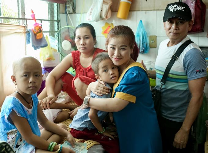 Dịp này, vợ chồng nghệ sĩ hài Kiều Linh - Mai Sơn cũng đi thăm hỏi, trao quà cho bệnh nhi đang điều trị tại Bệnh viện Ung bướu TP HCM.