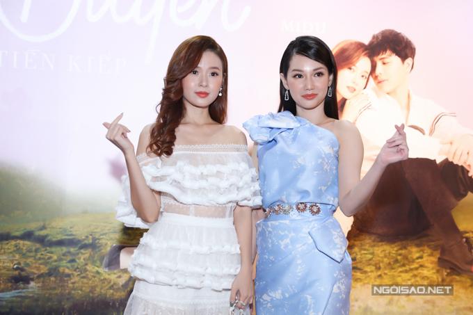 Hai người đẹp của showbiz Việt cùng thả tim trong sự kiện.