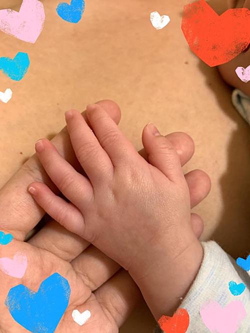 Thanh Ngọc đăng ảnh cầm tay con trai.