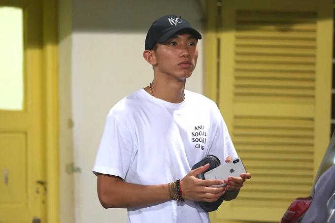 Văn Hậu có mặt ở sân Hàng Đẫy theo dõi trận Hà Nội - Nam Định tại vòng 22 V-League 2019 tối 11/9. Ảnh: Đương Phạm.