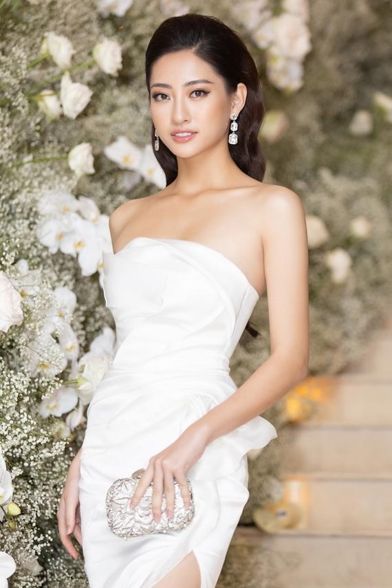 Hoa hậu Lương Thùy Linh khoe khéo xương quai xanh với váy cúp ngực. Người đẹp chọn kiểu tóc vuốt ngược, giúp tôn lên đường nét gương mặt. Nhiều khán giả nhận xét cô có vẻ ngoài khả ái giống Hoa hậu Đỗ Mỹ Linh.