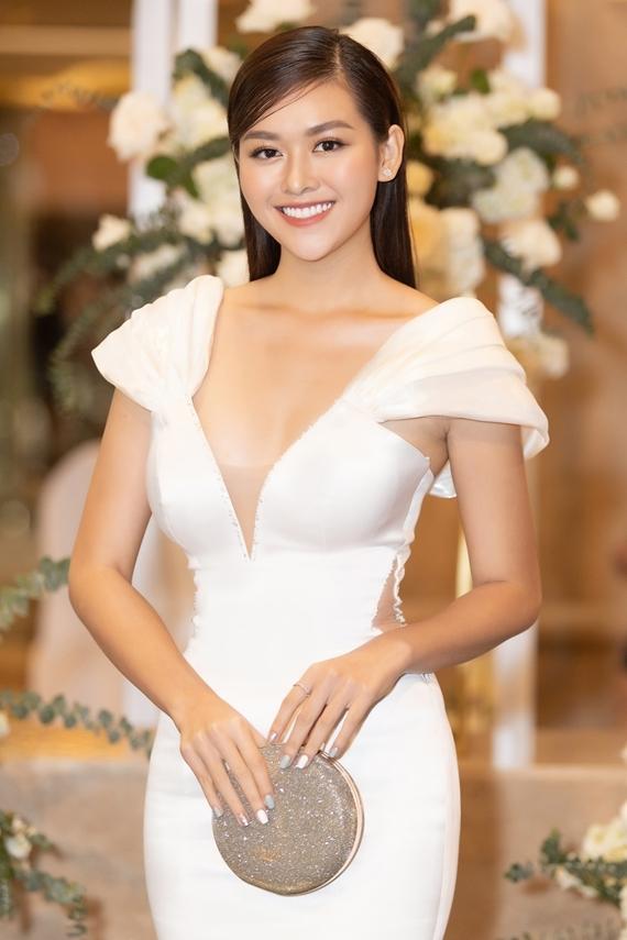 Chiếc váy xẻ ngực tôn vòng một gợi cảm của Á hậu 2 Nguyễn Tường San.