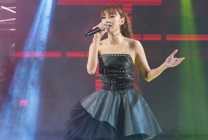 Ca sĩ Minh Hằng khoe vai trần với váy da cúp ngực của Wuan Phan. Cô vừa hát vừa diễn thời trang trong chương trình này.