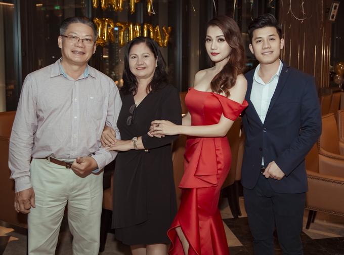 Bố mẹ và em trai vừatừ Mỹ về Việt Nam mừng tuổi mới củaThái Nhiên Phương.