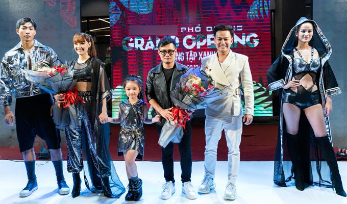 Nhà thiết kế Wuan Phan (đeo kính) chụp ảnh cùng vedette Minh Hằng và dàn mẫu.
