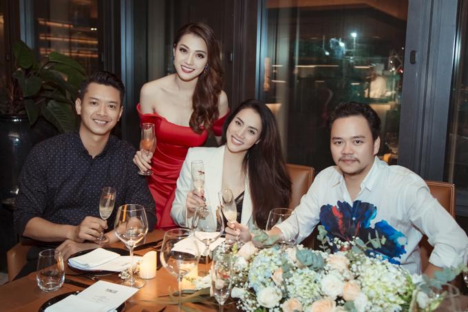Vợ chồng diễn viên Trang Nhung và Đức Vĩnhnâng ly chúc mừng Thái Nhiên Phương.