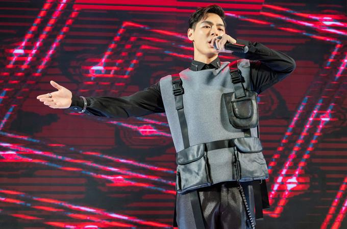 Jay Quân mặc cá tính, biểu diễn một ca khúc sôi động.