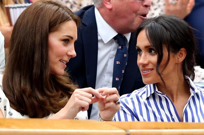Meghan và chị dâu vui vẻ trò chuyện khi đi xem trận thi đấu thuộc giải Wimbledon hồi tháng 7/2018. Ảnh: PA.