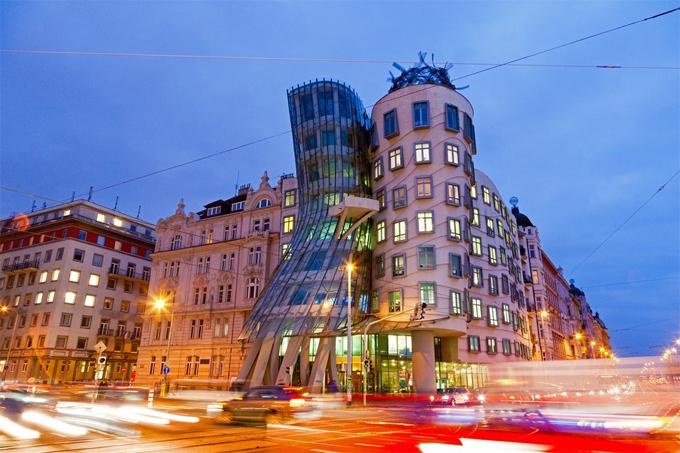 Ngôi nhà nhảy múa được thiết kế bởi kiến trúc sư Frank Gehry độc đáo.
