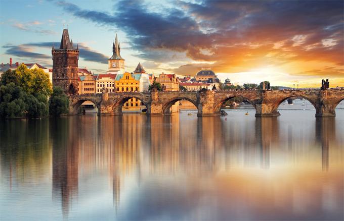 Khoảng thời gian tuyệt nhất để ngắm nhìn cây cầu Charles - cây cầu bắc qua con sông Vltava là vào lúc hoàng hôn. Cây cầu có hàng chục bức tượng theo phong cách baroque, những bức tượng này kể về những điều trong Kito giáo. Vì vậy, khi đi dạo trên cây cầu này, chúng ta sẽ có cảm giác mình đang tản bộ trong Kinh Tân Ước vậy.