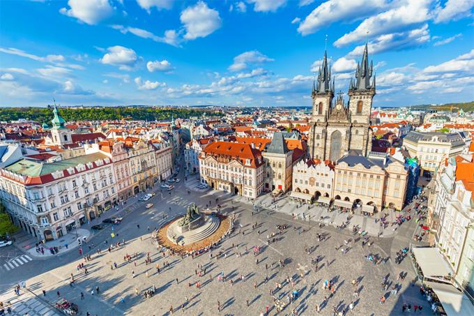 Quảng trường Old Town là nơi có rất nhiều nhà thờ và đài tưởng niệm đẹp. Bạn sẽ choáng ngợp trước các kiến trúc và màu sắc tại đây. Đặc biệt, hãy tìm chỗ để ngắm quảng trường từ trên cao.