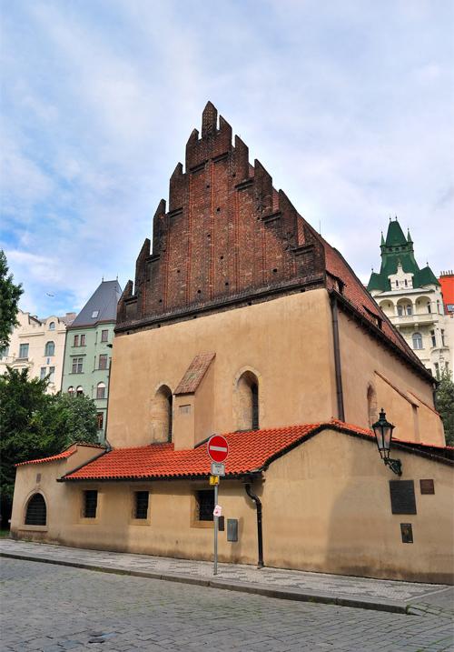 Tại khu Do Thái có Giáo đường được hoàn thành vào năm 1270. Đến nay, đây là giáo đường cổ nhất còn đang được sử dụng trên thế giới.