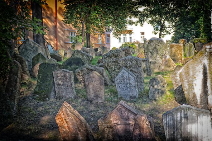 Nghĩa trang Do thái cổ có khá nhiều tầng được tạo ra bởi các thi thể được chôn cất chồng lên nhau qua nhiều thế hệ. Vì thời xưa, nghĩa trang này là nơi chôn cất duy nhất dành cho người Do thái, các bia mộ lộn xộn cùng với các tầng của chúng tạo nên một hiệu ứng khá thần bí.