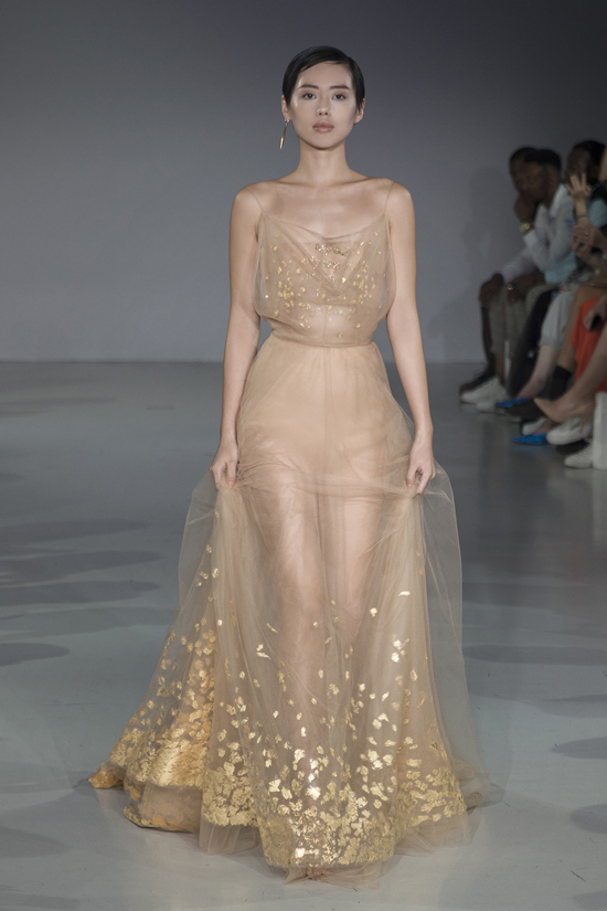 Bộ đầm kết màn của Khánh Linh được mạ vàng 24k, giúp cô tỏa sáng trên từng bước catwalk.