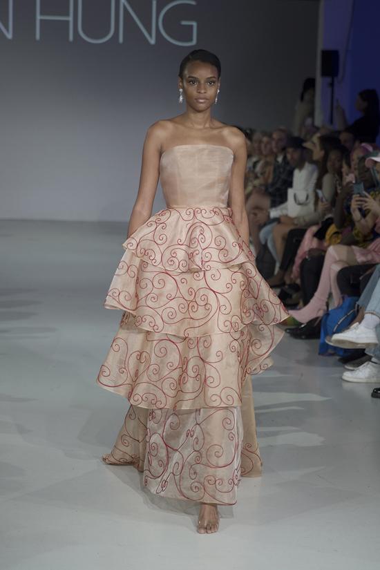 Đàm cúp ngực, váy khoe vai trần cũng là trang phục được Trần Hùng biến tấu không ngừng với nhiều phom dáng.