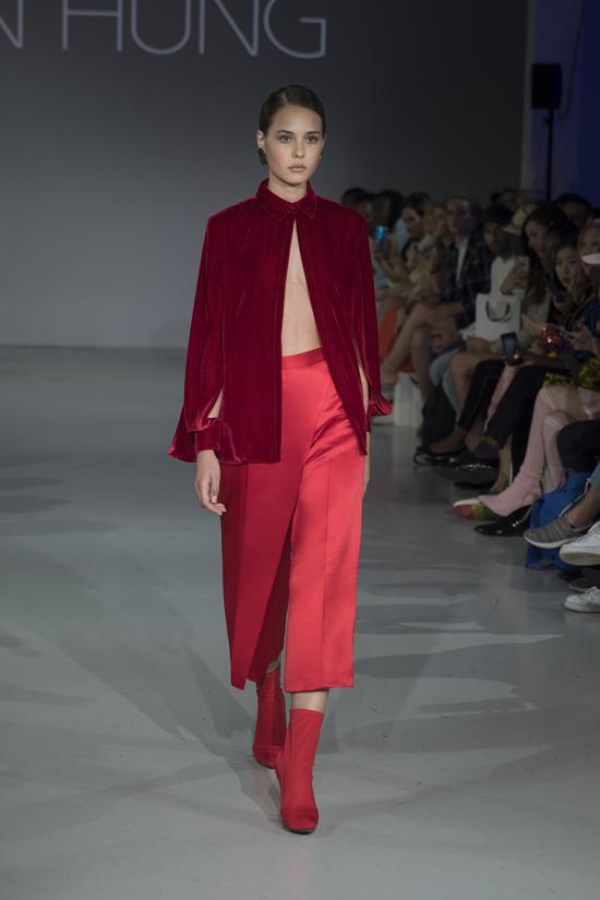 Đan xen giũa sắc pastel nhẹ nhàng của lụa, nhà mốt chọn vải nhung đỏ để mang tới nét chấm phá ấn tượng cho bộ sưu tập.