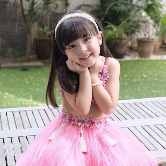 Marian Rivera chia sẻ hình ảnh mới của con gái Maria Letizia Dantes (Zia) trên mạng xã hội và nhận được nhiều lời khen ngợi của khán giả. Gần3 tuổi, bé gái xinh xắn, đáng yêu, gương mặt rất giống mẹ. Em bé cũng rất chuyên nghiệp khi tạo dáng trước ống kính.