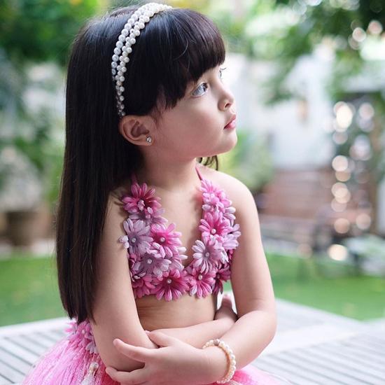 Biểu cảm của Zia sao y bản chính người mẹ ngôi sao. Gần 4 tuổi nhưng bé gái đã góp mặt trong nhiều quảng cáo và đồng hành cùng mẹ trong nhiều chương trình của làng giải trí Philippines.